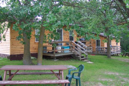 Cabins are surrounded by shade trees and have quite a private setting.: Each housekeeping cottage has a private deck, picnic table and lakeview of Lake of the Woods.